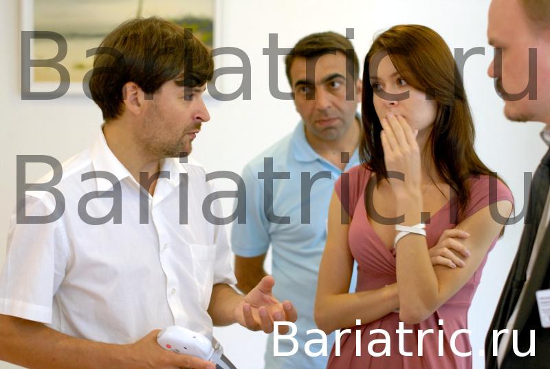 в перерывах между заседаниями менеджеры компании Этикон и Covidien работают на выставочном стенде.: Бандажирование желудка